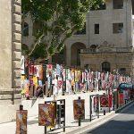 アヴィニヨンの町中いたるところに、 世界中から来たオフの劇団のポスター